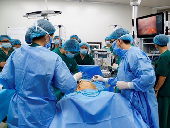 4 hệ thống robot nổi bật đã được ngành y tế ứng dụng trong chữa bệnh - Ảnh 1.